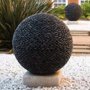 Trendi gömb csobogó – kővel rakott